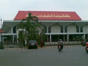 Masjid Raya Baitunnur, di sebelah barat Alun-Alun