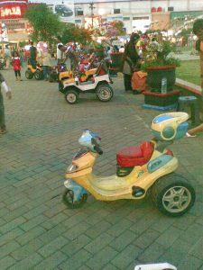 Berbagai mainan bagi anak-anak pun tersedia