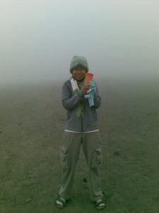 Meski sudah hampir jam 7, kabut tebal masih menyelimuti kaki Gn. Bromo
