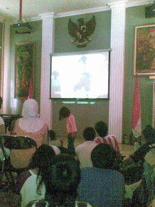 Di ruang teater, mendengarkan orasi Bung Karno dan Indonesia Raya utuh 3 stanza