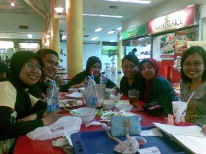 Makan siang di Pasar Festival