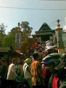 Sesaknya jalan masuk ke makam Sunan Muria