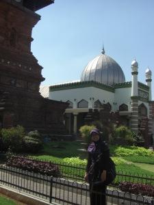 Di depan halaman masjid