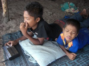 Dua anak nelayan Sasak yang menanti ayahnya pulang dari laut, memanen rumput laut. Radio yang didengarkan ini sedang memutar lagu Indiahe..