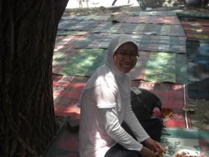 Mengupas bulayak di bawah pohon, fyi, ni foto diambil oleh nenek penjual bulayaknya..