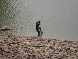Mengais ikan dari air yang masih tersisa