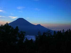 Sindoro dan Sumbing dari puncak Sikunir  dua tahun lalu. Koleksi pribadi Dewi